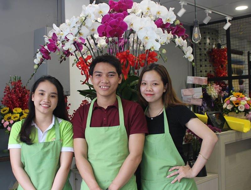 nhân viên tại shop hoa mừng sinh nhật